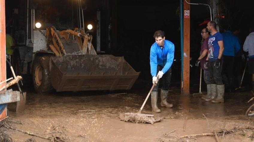 Rafael Nadal helps with clean up near Mallorca