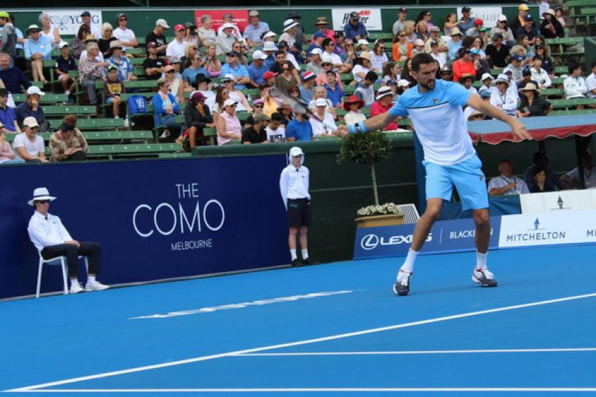Marin Cilic tests his knee against Kevin Anderson at Kooyong