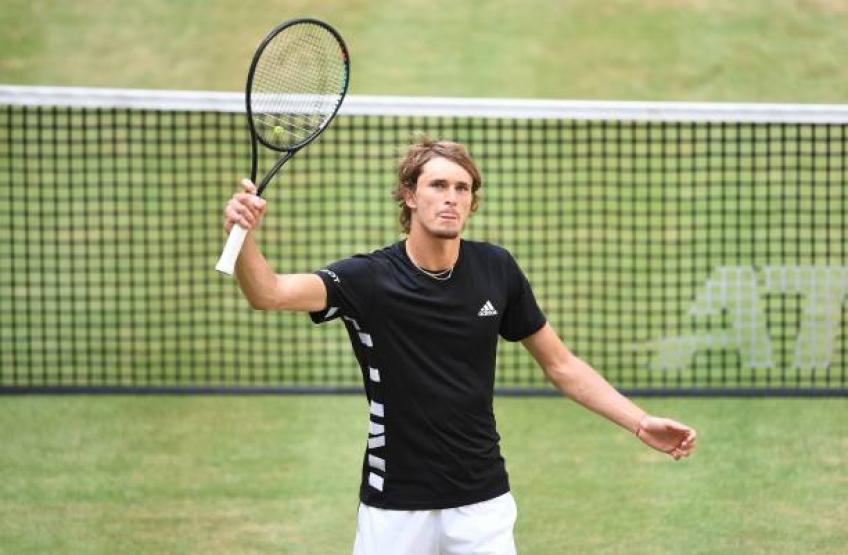 Federer battles into 15th Halle semifinal, Zverev crashes out
