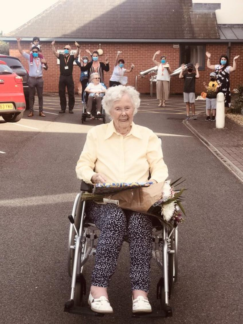 Andy Murray & the Union Jacks send 100 year old Iris Fischer a Happy Birthday message
