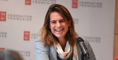 Am�lie Mauresmo expresses her thanks after announcing her departure from Francis