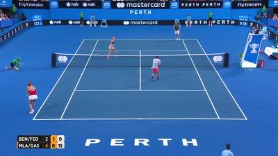 Federer accidentally gets hit by Bencic