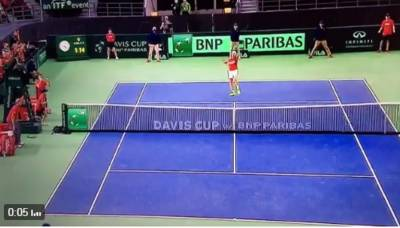 Shapovalov hits umpire with the ball and gets defaulted