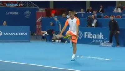 Youzhny tries to break his racket like Wawrinka does