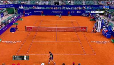 Gerard Melzer hits the tweener and wins the point