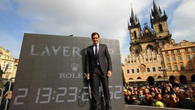 Federer hits with Berdych on a boat in Prague!