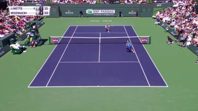 Linette hits a flawless dropshot and a perfectly placed lob against Wozniacki