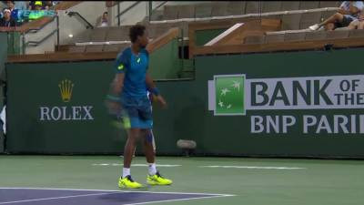 Monfils hits a great no look shot, wins the point