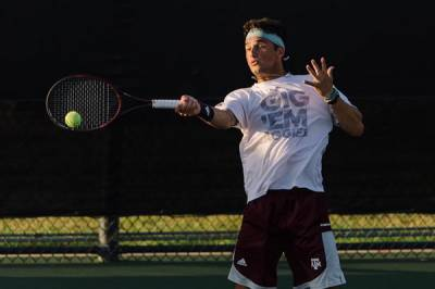 Div I / M: Texas A&M eases past Tennessee 7-0 for their 12th straight win