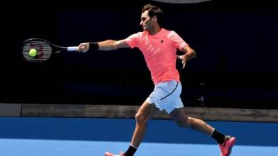 Australian Open: Federer glides into second round