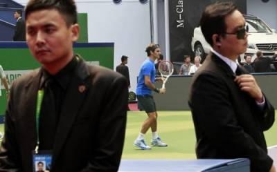 ´Blue Cat´ apologizes to Roger Federer. The Swiss trains on court surrounded by bodyguards