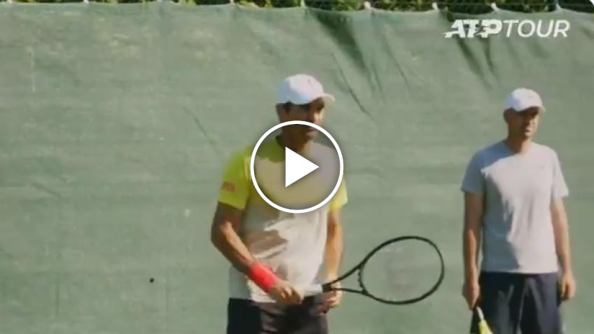 Roger Federer TRAINS in Halle with a TWO-HANDED BACKHAND!