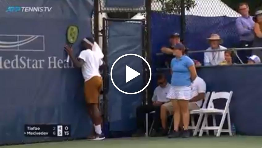 Tiafoe celebrates in mid-rally, Medvedev wins the point!