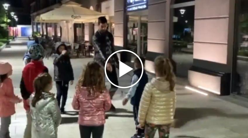 Novak Djokovic plays tennis on the Belgrade streets with kids!